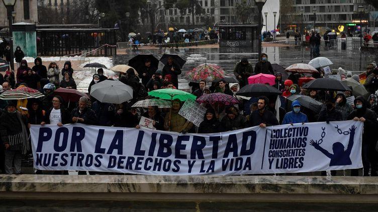 Des manifestants contre les restrictions liées à la crise sanitaire, le 23 janvier 2021 à Madrid (Espagne). (PIERRE-PHILIPPE MARCOU / AFP)