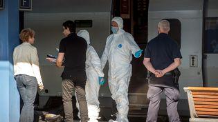 Des enquêteurs travaillent samedi 22 août,près du Thalys, dans lequel une fusillade a éclaté la veille, en gare d'Arras (Pas-de-Calais). (PHILIPPE HUGUEN / AFP)