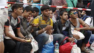 Des réfugiés attendent à la gare de Vienne (Autriche), le 5 septembre 2015. (DIETER NAGL / AFP)