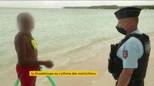 Sur une plage fermée en Guadeloupe (FRANCEINFO)