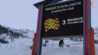 Capture d'écran montrant des panneaux indiquant le risque élevé d'avalanches aux Deux-Alpes (Isère), le 13 janvier2016 (FRANCE 2 et FRANCE 3)
