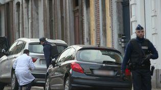 Devant la maison où ont été tués deux jihadistes présumés, le 15 janvier 2015 à Verviers (Belgique). (OLIVER BERG / AFP)
