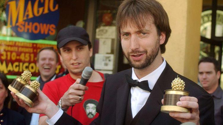 """L'acteur Tom Green tient trois des Razzies Awards remportés par le film """"Freddy Got Fingered"""", à Santa Monica (Californie), le 23 mars 2002. (JOHN HAYES / AP / SIPA)"""