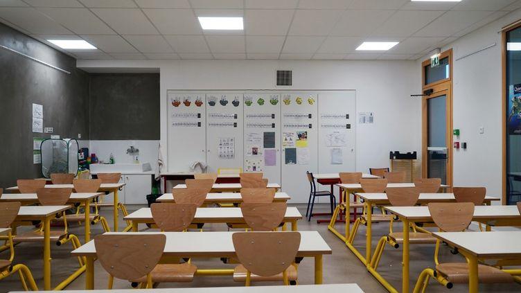 Une salle de classe vide à Breuillet (Essonne), en octobre 2020. (MYRIAM TIRLER / HANS LUCAS / AFP)