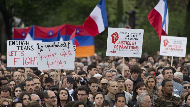 Des personnes commémorent à Paris le centaine du génocide arménien, le 24 avril 2015. (KENZO TRIBOUILLARD / AFP)