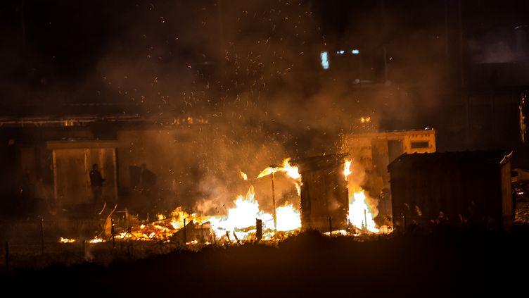 Le camp de migrants de Grande-Synthe (Nord) est ravagé par un violent incendie, le 10 avril 2017. (PHILIPPE HUGUEN / AFP)