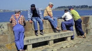 Des retraités discutent à Dinard (Ille-et-Vilaine), le 28 janvier 2018. (GILE MICHEL/SIPA / URBA IMAGES SERVER)