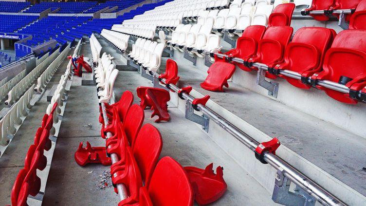 Les sièges arrachés et vandalisés du Parc OL dans le coin réservé aux supporters du PSG après la finale de la Coupe de la Ligue entre Paris et Monaco (RICHARD MOUILLAUD / MAXPPP)