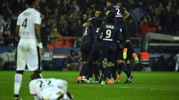 Les Parisiens célèbrent le but inscrit par Ibrahimovic. (FRANCK FIFE / AFP)