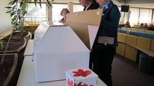 L'utilisation du cercueil en carton est en forte augmentation, en France. (PHILIPPE BARBOTTE / MAXPPP)