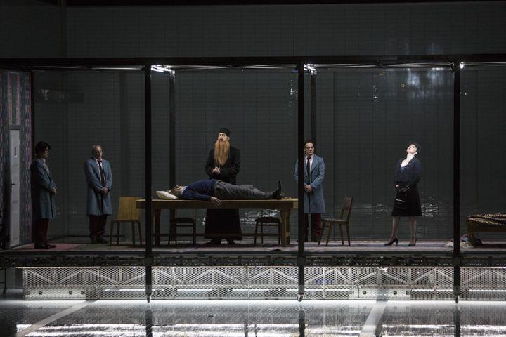 """""""Lady Macbeth de Mzensk"""" : les obèques du vieux tyran, un moment d'une grande poésie. (Bernd Uhlig / Opéra national de Paris)"""