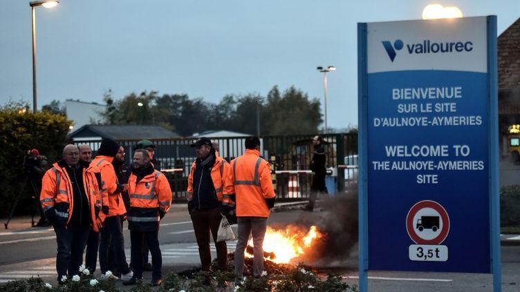 Des salariés de Vallourec devant le site d'Aulnoye-Aymeries, dans le Nord, le 26 octobre 2018. (FRANCOIS LO PRESTI / AFP)