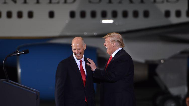 Donald Trump et le gouverneur de FlorideRick Scott lors de la campane électorale, le 3 novembre 2018, àPensacola (Floride). (NICHOLAS KAMM / AFP)