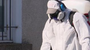 En Chine et en Corée du Sud, la désinfection des rues a déjà eu lieu dans plusieurs villes. En France, ce procédé de lutte contre le coronavirus Covid-19 qui n'est pas complètement assuré fait ses premiers pas. (FRANCE 3)