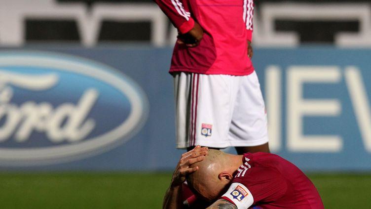 La détresse du défenseur lyonnais Cris après l'élimination de son club de la Ligue des champions face à Nicosie, le 7 mars 2012, à Nicosie (Chypre). (JACK GUEZ / AFP)