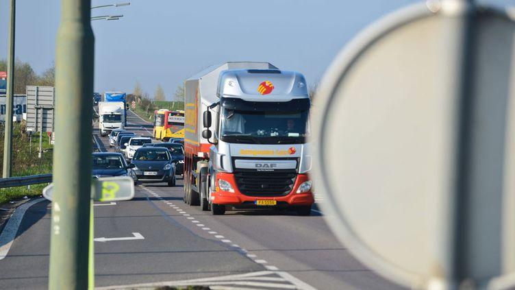 (Les chauffeurs de poids-lourds sont appelés à organiser des blocages par deux organisations syndicales © MaxPPP)