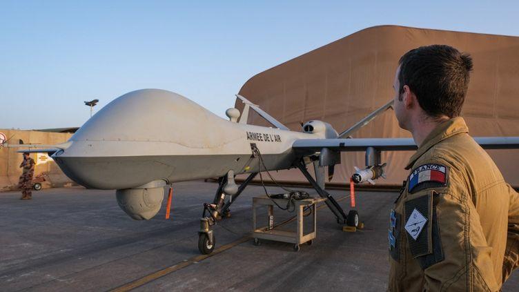 Un drone de l'armée française sur une base militaire de Niamey (Niger), en avril 2021. (FRED MARIE / HANS LUCAS / AFP)