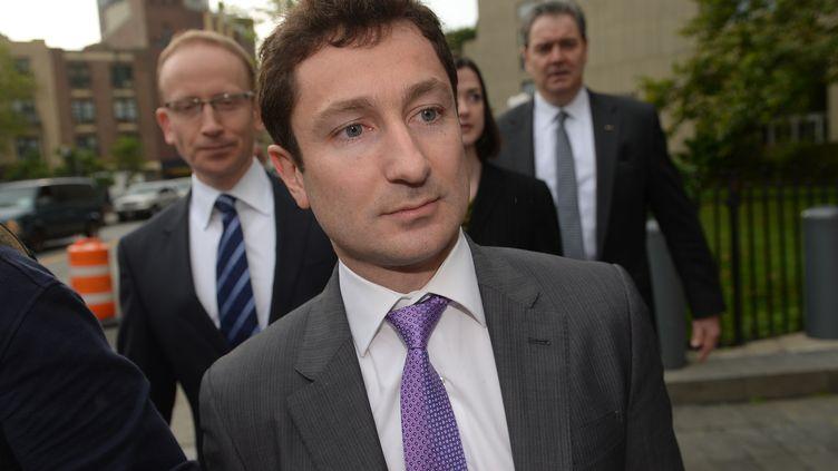 L'ancien trader français Fabrice Tourre, à son arrivée au tribunal fédéral de Manhattan (New York, Etats-Unis), en compagnie de ses avocats, jeudi 1er août. (EMMANUEL DUNAND / AFP)