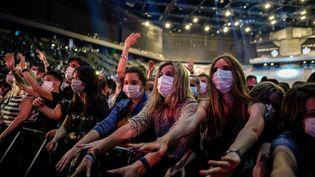Des spectateurs lors du concert test à l'AccorHotels Arena de Paris, le 29 mai 2021. (STEPHANE DE SAKUTIN / AFP)