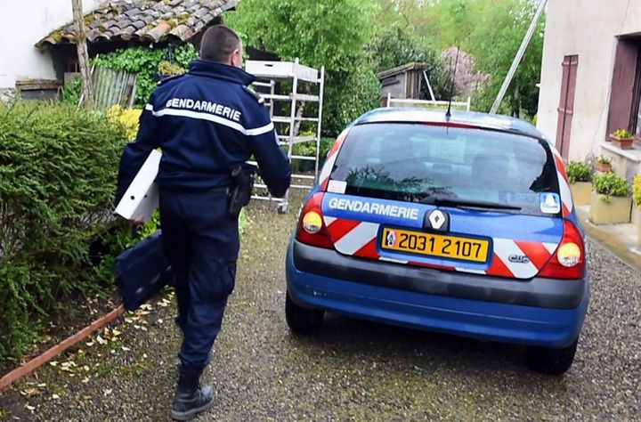 Un gendarme enquête sur la disparition d'un ancien prêtre, Jean-Marc Desperon, accusé d'agression sexuelle, le 21 avril 2016, à Finhan (Tarn-et-Garonne). (MAXPPP)