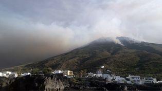 L'éruption volcaniquesur l'île de Stromboli, au nord de la Sicile, le 3 juillet 2019. (GIOVANNI ISOLINO / AFP)