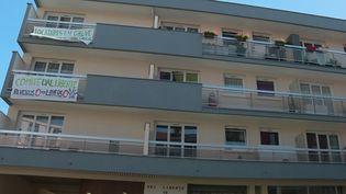En solidarité avec certains locataires très touchés pas la crise du coronavirus, les habitants d'un immeuble de Bagnolet, en Seine-Saint-Denis, font la grève des loyers. (France 2)