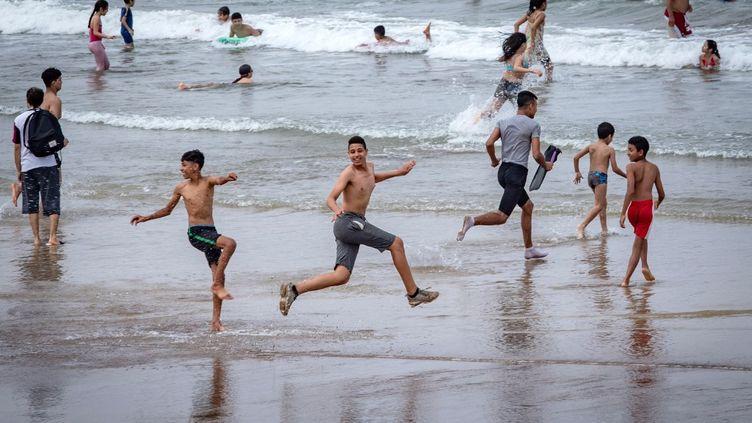 De jeunes Marocains sur une plage le long de la côte de la ville de Salé, au nord de la capitale Rabat, le 25 juin 2020. (FADEL SENNA / AFP)
