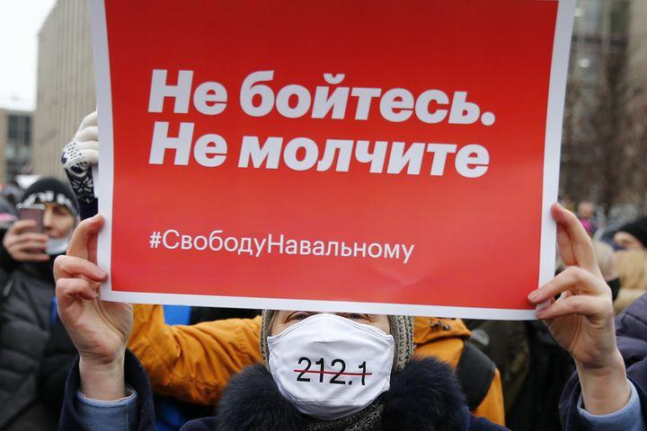 """Une manifestante brandit une pancarte sur laquelle il est inscrit """"N'ayez pas peur. Ne vous taisez pas. #LibertéPourNavalny"""" à Moscou (Russie), le 23 janvier 2021. (SEFA KARACAN / ANADOLU / AFP)"""