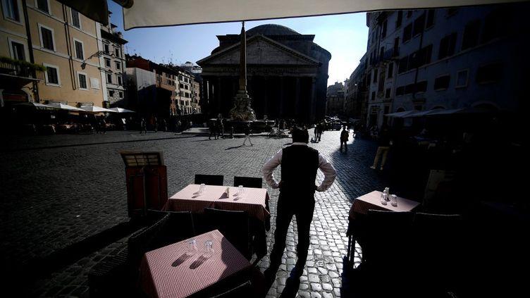 Un restaurateur devant ses tables vides, à Rome, le 7 novembre 2020. (Illustration) (FILIPPO MONTEFORTE / AFP)