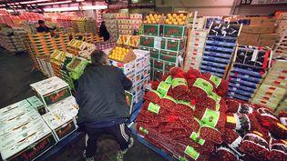 Des produits agricoles en vente chez un grossiste du marché d'intérêt national (MIN) de Rungis, le 23 novembre 2001, (JEAN-PIERRE MULLER/AFP)