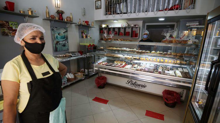 Dans une pâtisserie d'Alger, le 14 juin 2020. (BILLAL BENSALEM / NURPHOTO)