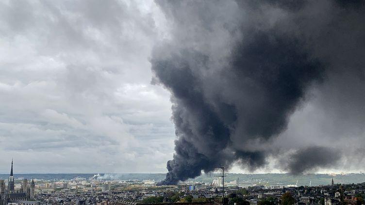 L'usine Lubrizol à Rouen (Seine-Maritime) a été touchée par un violent incendie, le 26 septembre 2019. (JEAN-JACQUES GANON / AFP)