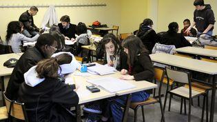 Des jeunes étudiants dans une classe à Vénissieux (Rhône) (PHILIPPE MERLE / AFP)