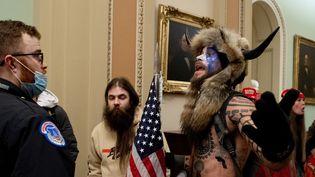 Des partisans de Donald Trump, dontJake Angeli, protesent à l'intérieur du Capitole, le 6 janvier 2021, à Washington. (SAUL LOEB / AFP)