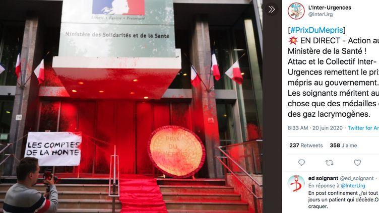 """Des militants d'Attac et du collectif Inter-Urgences ont déversé de la peinture rouge et remis """"le prix du mépris"""" à l'entrée du ministère de la Santé, le 20 juin 2020 à Paris. (COLLECTIF INTER-URGENCES / TWITTER)"""