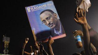 Des supporters fêtent la victoire de Paul Kagame à l'élection présidentielle, le 10 août 2010 à Kigali (Rwanda). (SIMON MAINA / AFP)