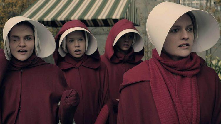 "Elisabeth Moss et Madeline Brewer dans la série ""La servante écarlate""  (George Kraychyk / Hulu)"
