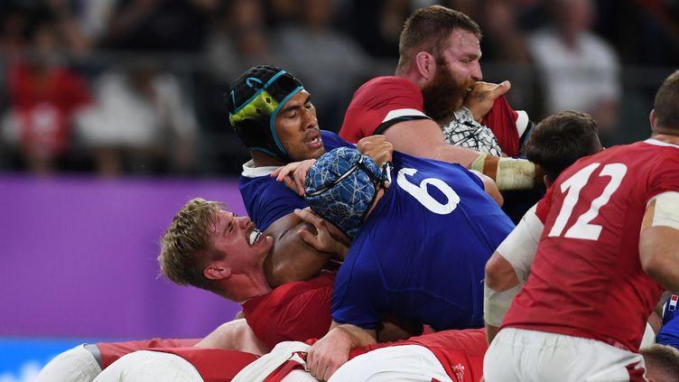 Le deuxième ligne français Sébastien Vahaamahina donne un coup de coude au Gallois Aaron Wainwright lors du quart de finale de la Coupe du monde de rugby au Japon, le 20 octobre 2019. (CHARLY TRIBALLEAU / AFP)