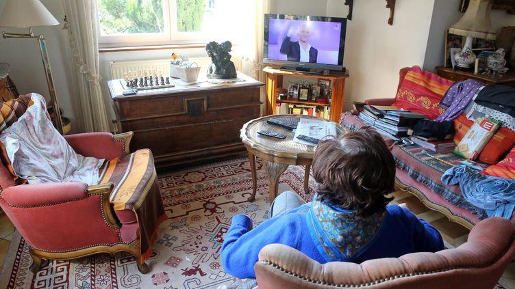 Une personne agée dans son salon. (Illustration). (VANESSA MEYER / MAXPPP)