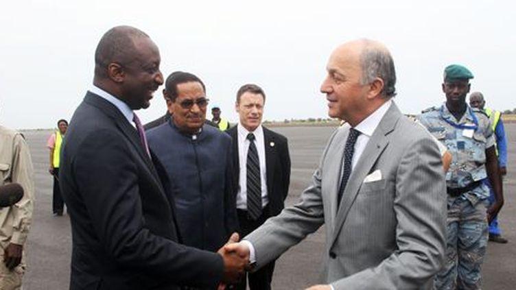 Le ministre français des Affaires étrangères, Laurent Fabius, salue son homologue malien,Tieman Hubert Coulibaly, lors de son arrivée à Bamako, le 28 mai 2013.  (AFP/Habibou Kouyaté)