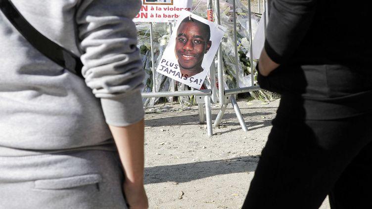 Des habitants rendent hommage à Kévin et Sophiane sur le lieu de leur agression, le 3 octobre 2012 à Echirolles, dans la banlieue de Grenoble (Isère). (FAYOLLE PASCAL / SIPA)