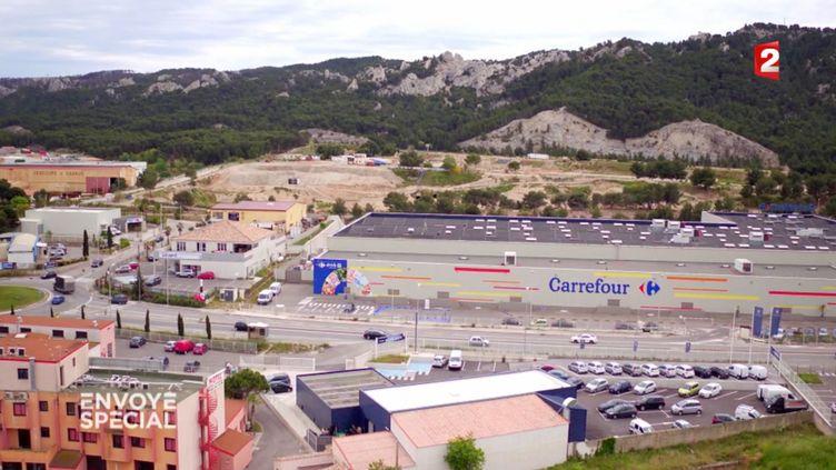 Selon une lanceuse d'alerte, les hypermarchés doivent 418 milliards d'euros à l'Etat. (FRANCE 2 / FRANCETV INFO)