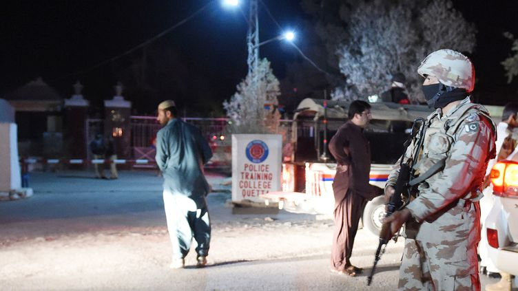 Un soldat pakistanais monte la garde devant l'entrée de l'école de police de Quetta, au Baloutchistan (Pakistan), le 24 octobre 2016. (BANARAS KHAN / AFP)