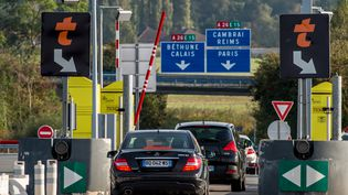 Des voitures sur l'autoroute A6 à Arras (Pas-de-Calais), le 10 octobre 2014. (PHILIPPE HUGUEN / AFP)