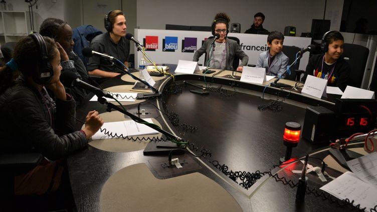 Le journaliste Vincent Manilève répond au micro de franceinfo junior aux questions d'élèves de 5e. (ESTELLE FAURE / FRANCEINFO - RADIOFRANCE)
