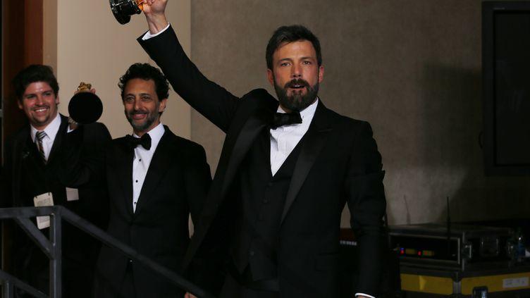 Ben Affleck brandit son Oscar du meilleur film pour Argo, le 24 février 2013 à Hollywood (Etats-Unis). (MIKE BLAKE / REUTERS )