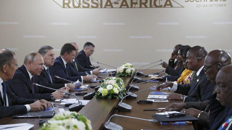 Le président russe Vladimir Poutine (2e à gauche) rencontre son homologue centrafricain Faustin-Archange Touadéra (3e à droite) en marge du sommet Russie-Afrique à Sotchi, le 23 octobre 2019. (SERGEI CHIRIKOV/AFP)