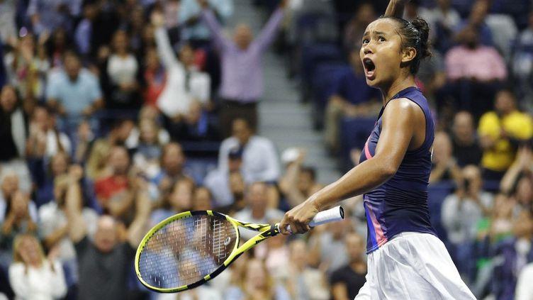 Leylah Annie Fernandez célèbre sa qualification pour sa première finale de Grand Chelem, los de la demi-finale du tournoi de l'US Open, le 9 septembre 2021, à New York. (SARAH STIER / GETTY IMAGES via AFP)