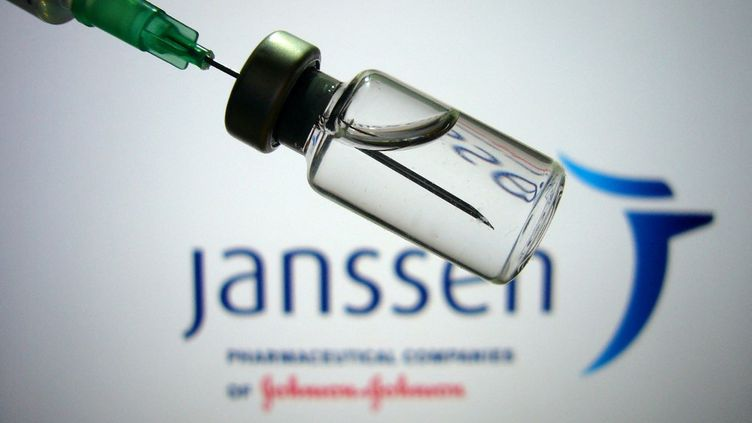 Une fiole du vaccin contre le Covid-19mise au point par le laboratoire Johnson & Johnson, photographiée le 14 avril 2021. (FRANK HOERMANN/SVEN SIMON / SVEN SIMON / AFP)