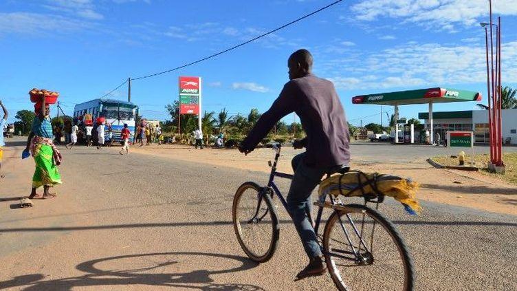Dans les rues de Macomia, le 11 juin 2018, au nord du Mozambique dans la province du Cabo Delgado, cible des attaques du groupe islamiste radical des shebabs. (EMIDIO JOSINE/AFP)